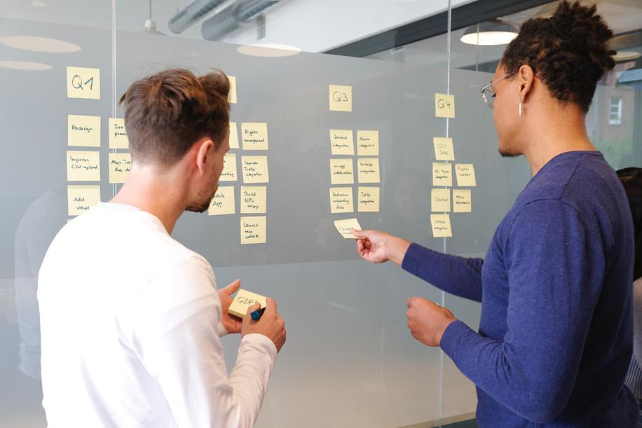 Traçando plano de ação, profissionais de marketing.